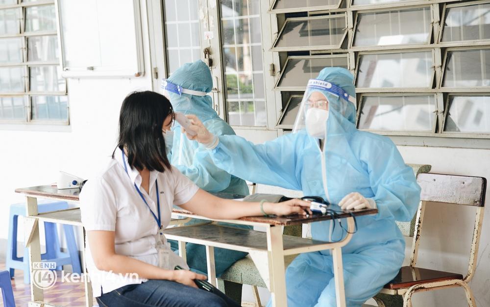 Thần tốc tiêm vaccine đại trà cho người dân ở TP.HCM  - Ảnh 4.