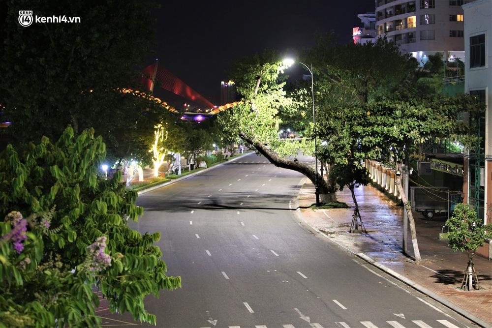 Ảnh: Những con phố lặng thinh trong ngày đầu Đà Nẵng lập nhiều chốt kiểm tra sau 18h - Ảnh 9.
