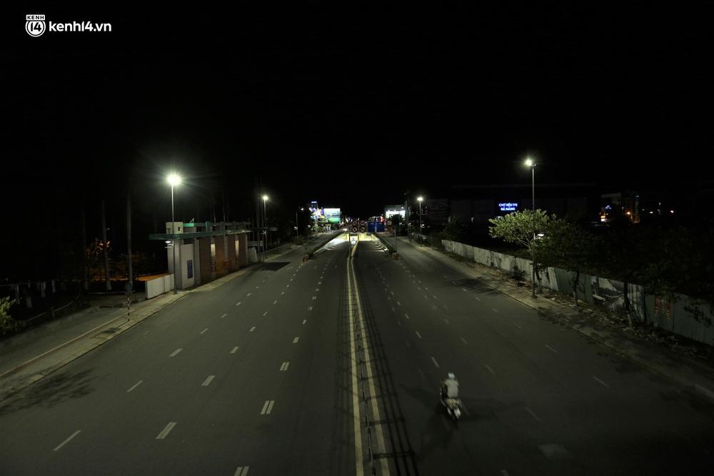 Ảnh: Những con phố lặng thinh trong ngày đầu Đà Nẵng lập nhiều chốt kiểm tra sau 18h - Ảnh 13.