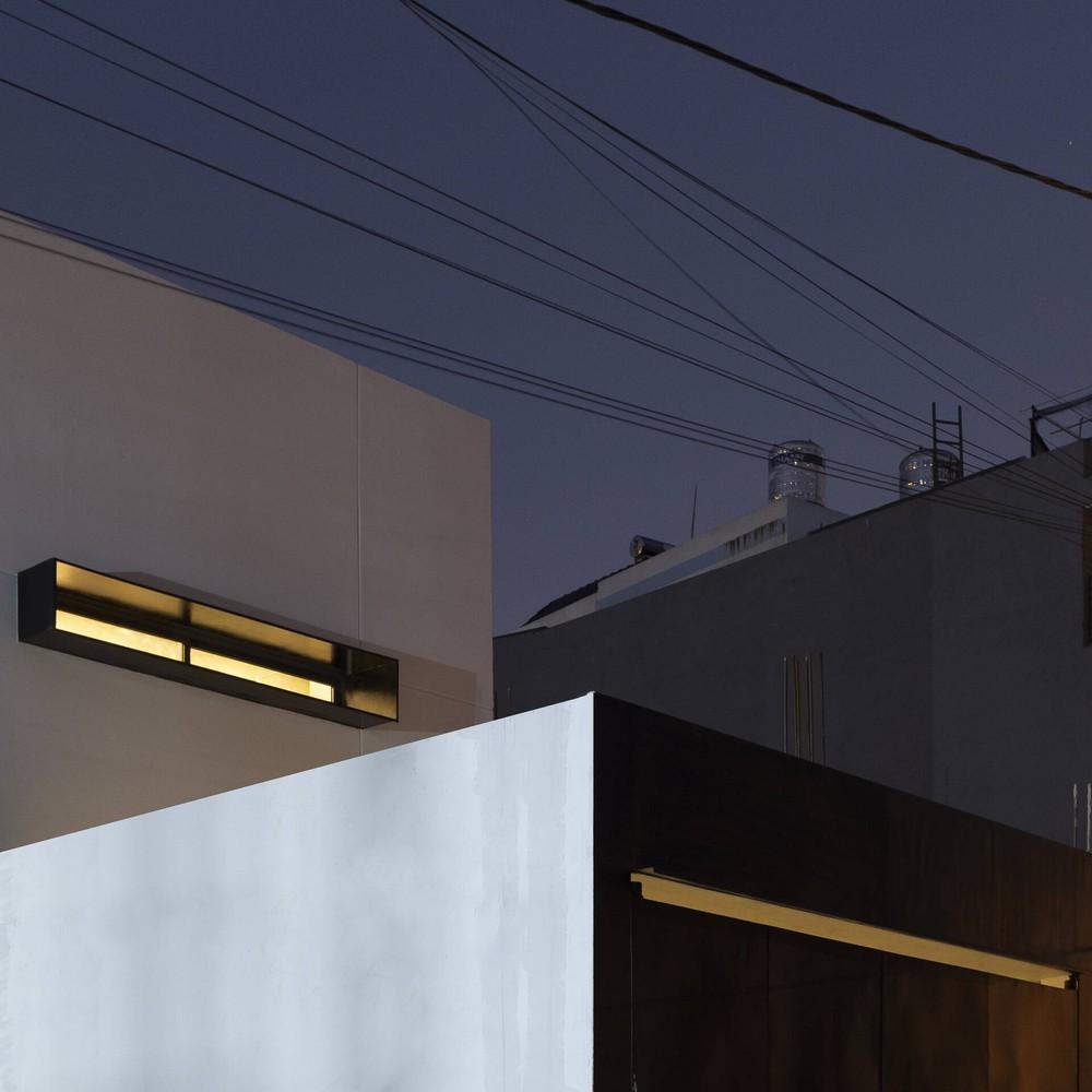 Nhà phố hướng nội với mặt tiền là 2 khối hộp, bên trong thiết kế hệ tủ 14m làm bếp kiêm nơi giặt đồ - Ảnh 2.