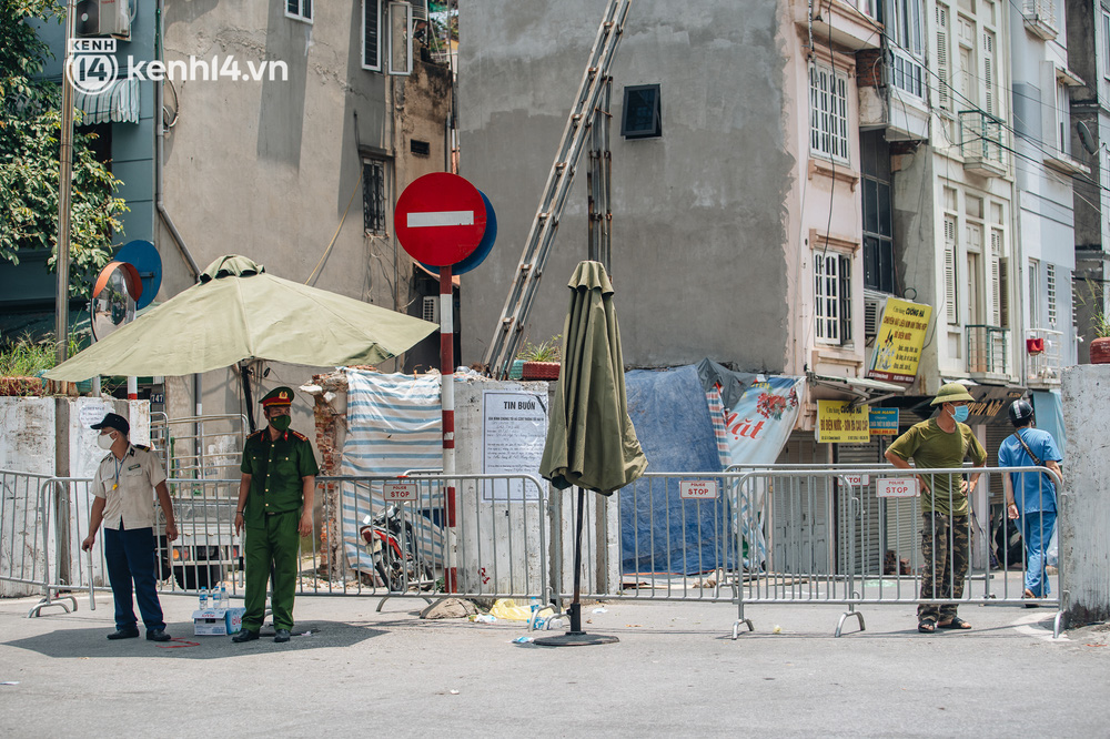 Ảnh, clip: Cận cảnh các chốt phong tỏa tại phường Chương Dương với 23.000 dân, người thân đội nắng tiếp tế nhu yếu phẩm - Ảnh 2.