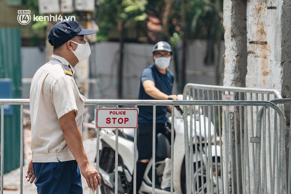 Ảnh, clip: Cận cảnh các chốt phong tỏa tại phường Chương Dương với 23.000 dân, người thân đội nắng tiếp tế nhu yếu phẩm - Ảnh 3.