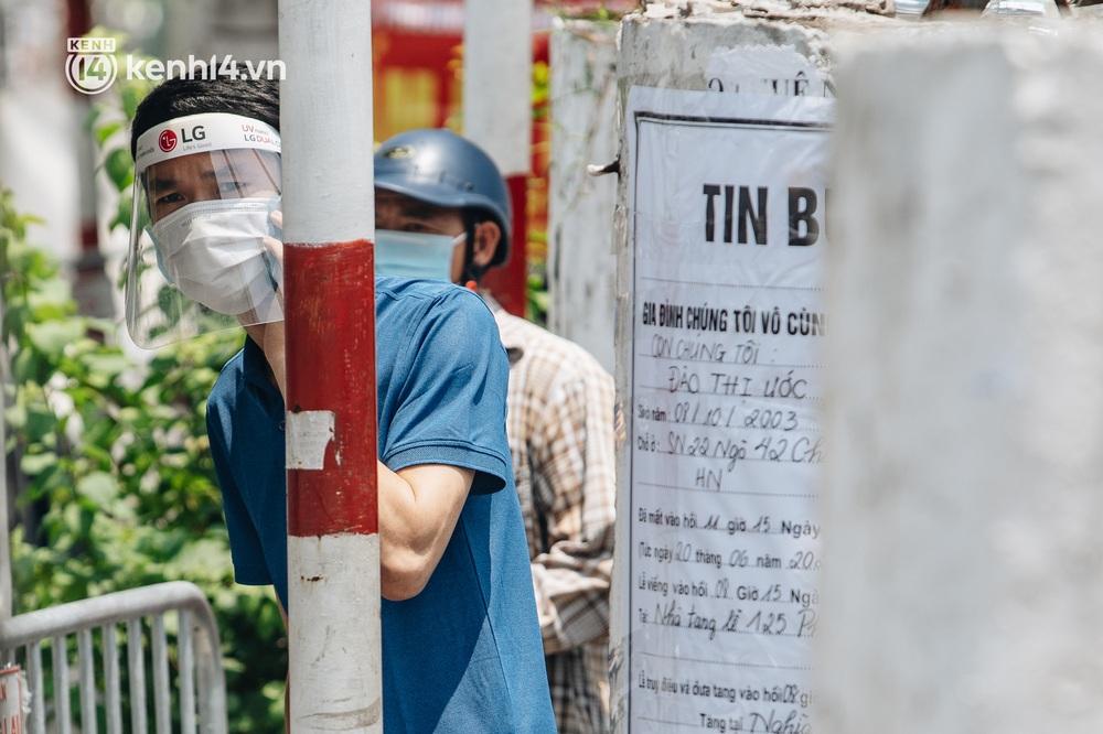 Ảnh, clip: Cận cảnh các chốt phong tỏa tại phường Chương Dương với 23.000 dân, người thân đội nắng tiếp tế nhu yếu phẩm - Ảnh 4.