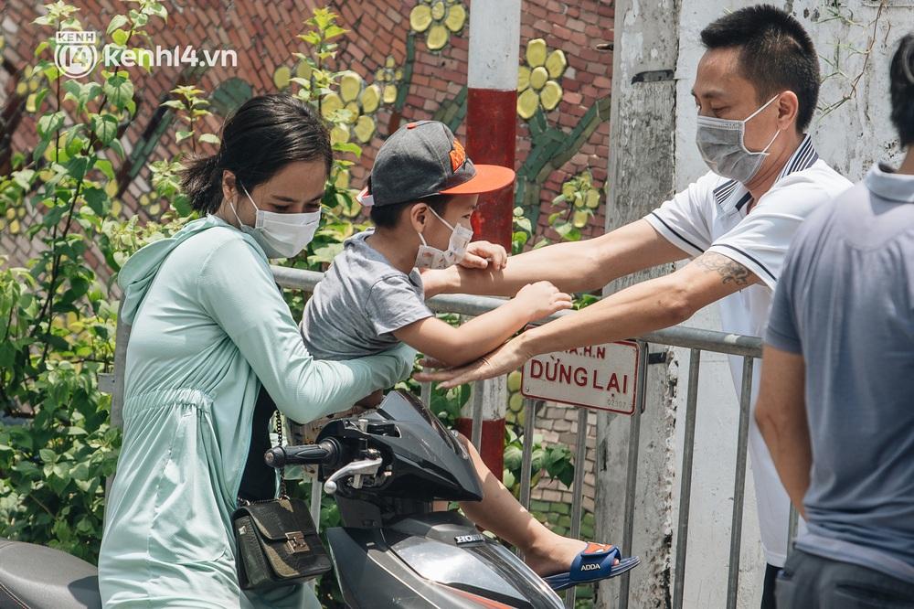 Ảnh, clip: Cận cảnh các chốt phong tỏa tại phường Chương Dương với 23.000 dân, người thân đội nắng tiếp tế nhu yếu phẩm - Ảnh 6.