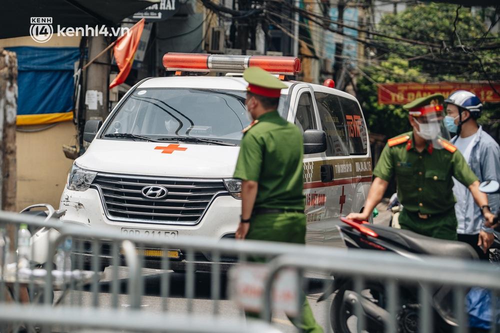 Ảnh, clip: Cận cảnh các chốt phong tỏa tại phường Chương Dương với 23.000 dân, người thân đội nắng tiếp tế nhu yếu phẩm - Ảnh 12.
