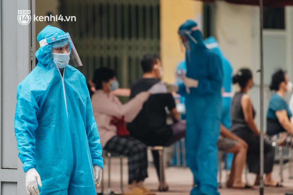 Ảnh, clip: Hà Nội thần tốc xét nghiệm Covid-19 cho 30.000 người dân tại quận Hai Bà Trưng - Ảnh 14.