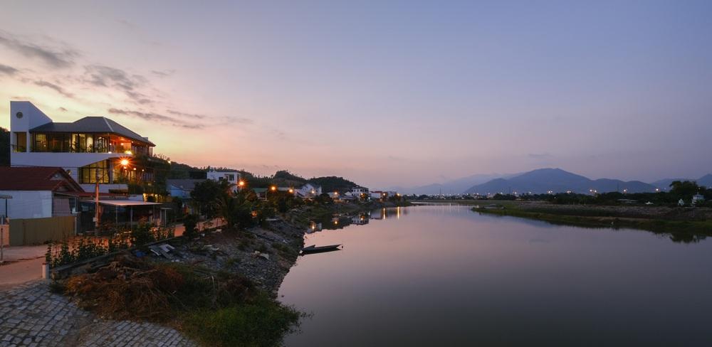 Nhà ven sông siêu chill với kiến trúc nhiệt đới, mê nhất là khu giếng trời xanh mát đến lịm người  - Ảnh 19.