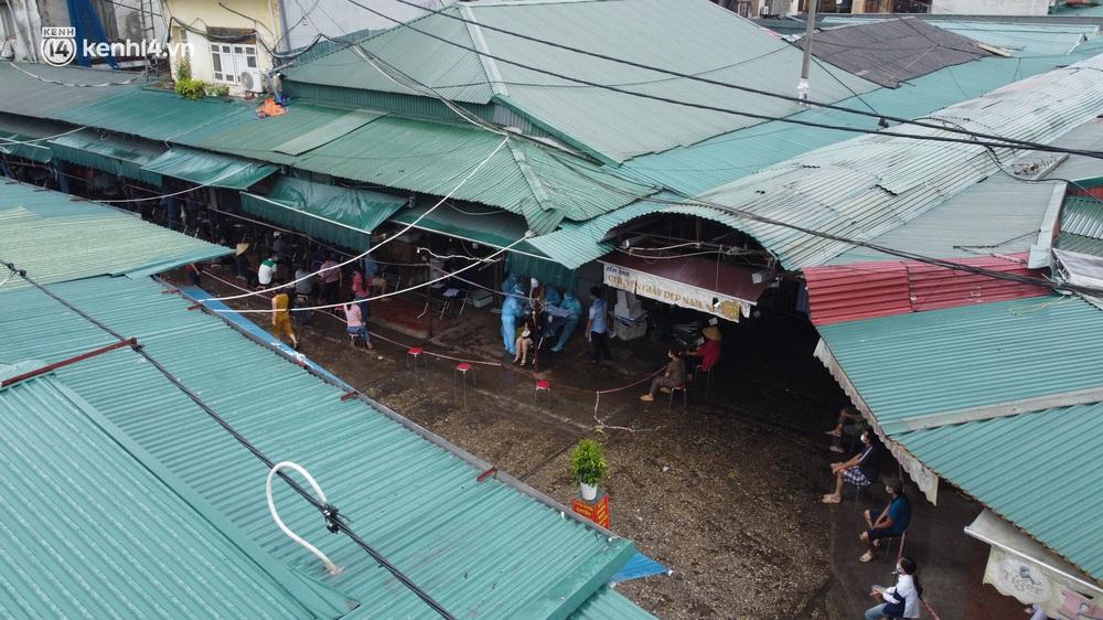 Hà Nội: Tạm dừng hoạt động chợ Phùng Khoang, hàng trăm tiểu thương đội mưa chờ xét nghiệm Covid-19 - Ảnh 3.