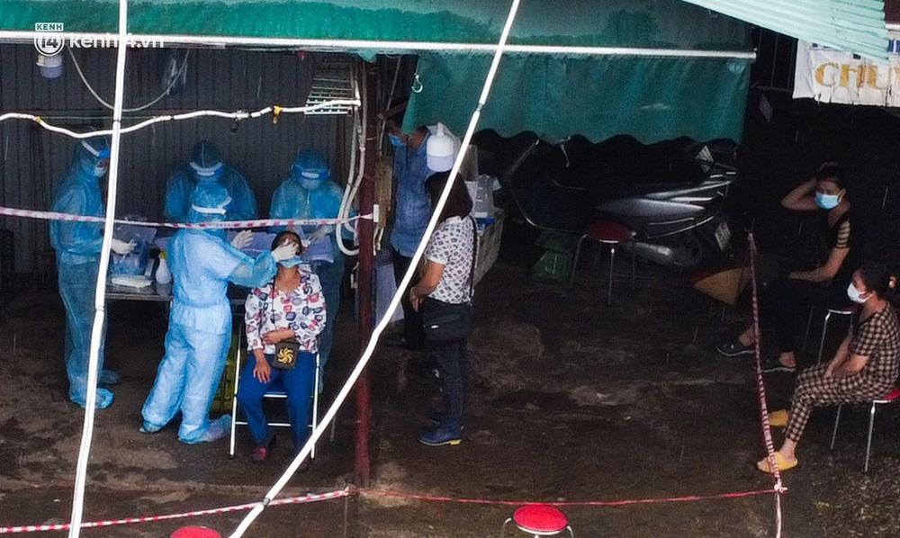 Hà Nội: Tạm dừng hoạt động chợ Phùng Khoang, hàng trăm tiểu thương đội mưa chờ xét nghiệm Covid-19 - Ảnh 5.