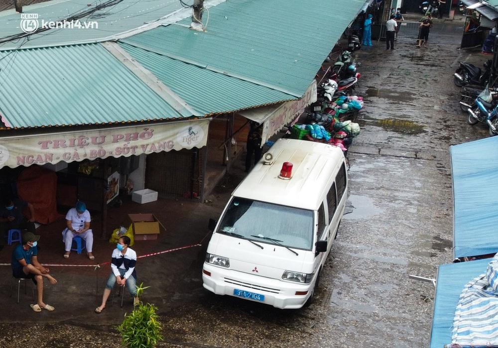 Hà Nội: Tạm dừng hoạt động chợ Phùng Khoang, hàng trăm tiểu thương đội mưa chờ xét nghiệm Covid-19 - Ảnh 6.