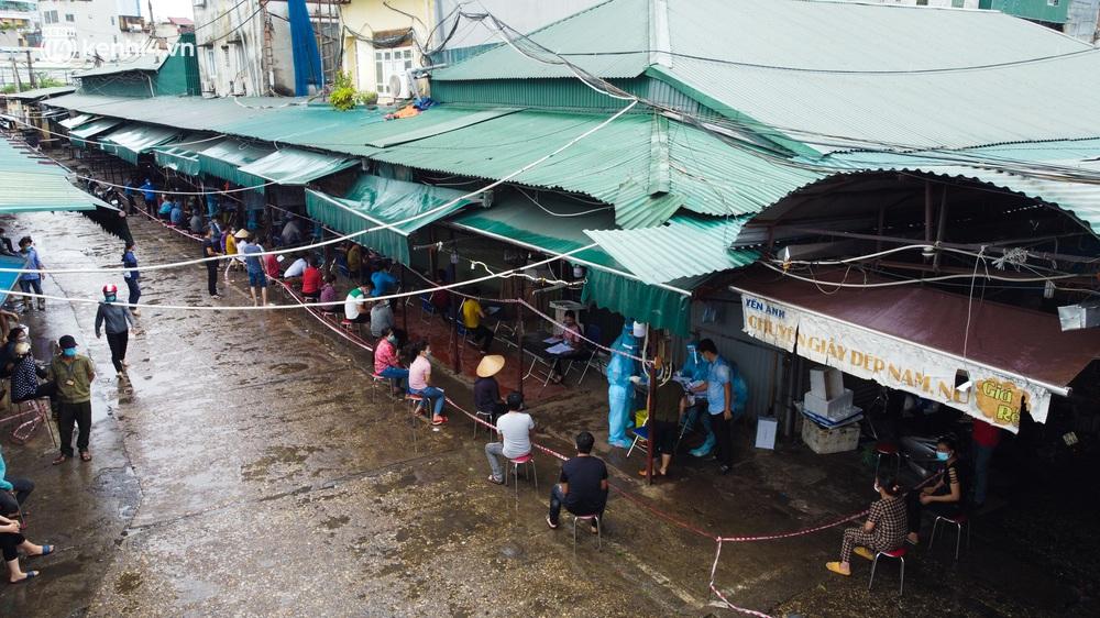 Hà Nội: Tạm dừng hoạt động chợ Phùng Khoang, hàng trăm tiểu thương đội mưa chờ xét nghiệm Covid-19 - Ảnh 4.