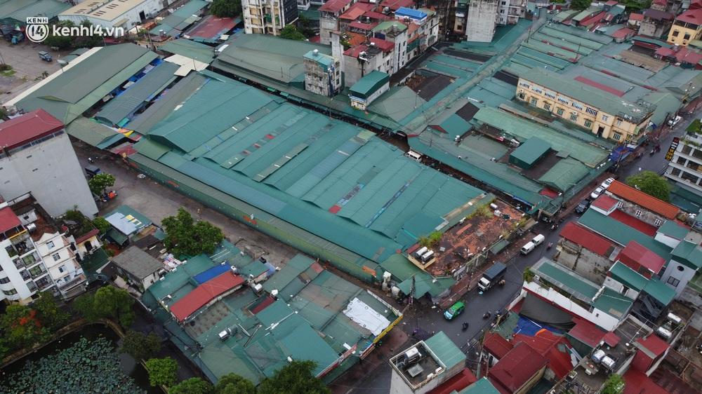 Hà Nội: Tạm dừng hoạt động chợ Phùng Khoang, hàng trăm tiểu thương đội mưa chờ xét nghiệm Covid-19 - Ảnh 2.