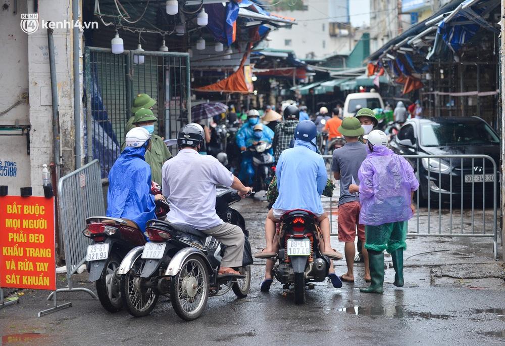 Hà Nội: Tạm dừng hoạt động chợ Phùng Khoang, hàng trăm tiểu thương đội mưa chờ xét nghiệm Covid-19 - Ảnh 9.