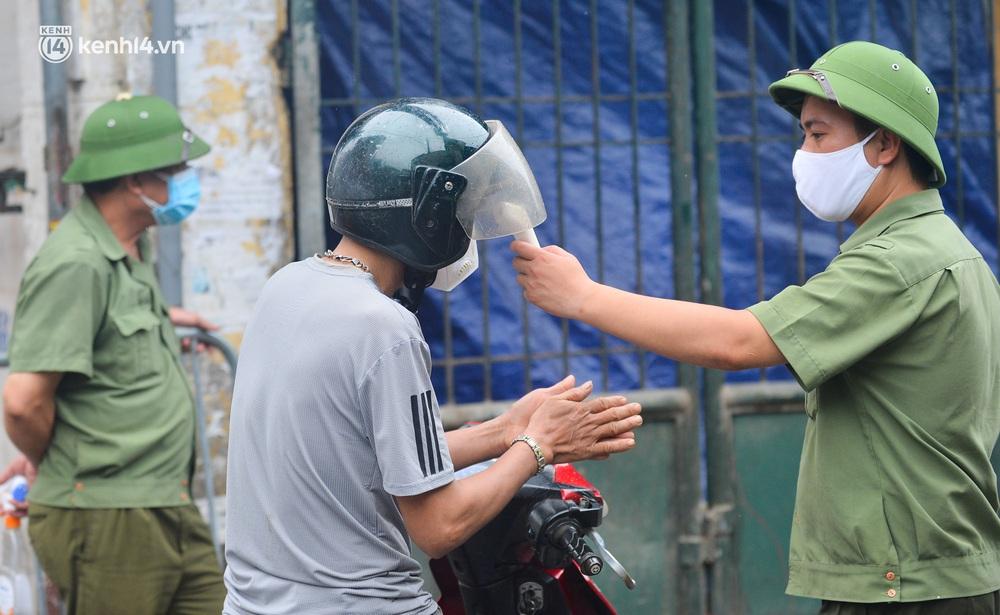 Hà Nội: Tạm dừng hoạt động chợ Phùng Khoang, hàng trăm tiểu thương đội mưa chờ xét nghiệm Covid-19 - Ảnh 11.