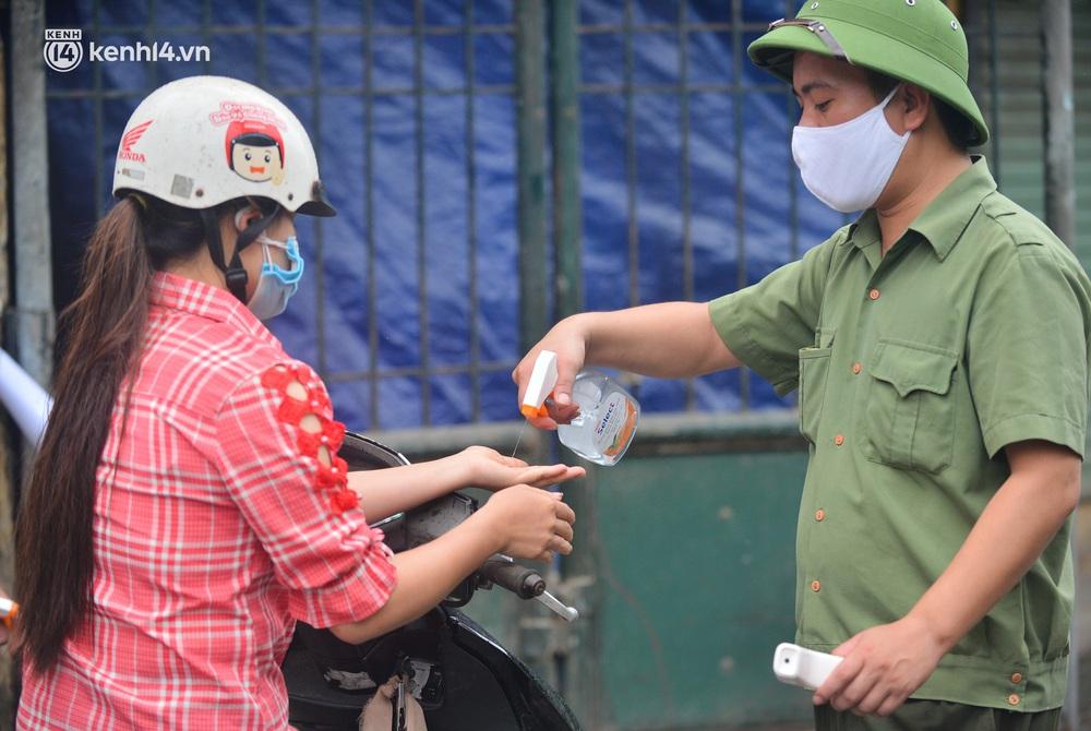 Hà Nội: Tạm dừng hoạt động chợ Phùng Khoang, hàng trăm tiểu thương đội mưa chờ xét nghiệm Covid-19 - Ảnh 10.