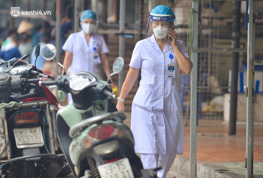 Hà Nội: Tạm dừng hoạt động chợ Phùng Khoang, hàng trăm tiểu thương đội mưa chờ xét nghiệm Covid-19 - Ảnh 7.
