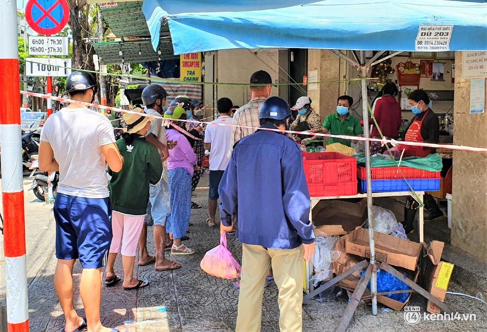 Ảnh: Người dân Đà Nẵng đổ xô tích trữ thực phẩm sau dự lệnh cấm ra đường toàn thành phố - Ảnh 12.