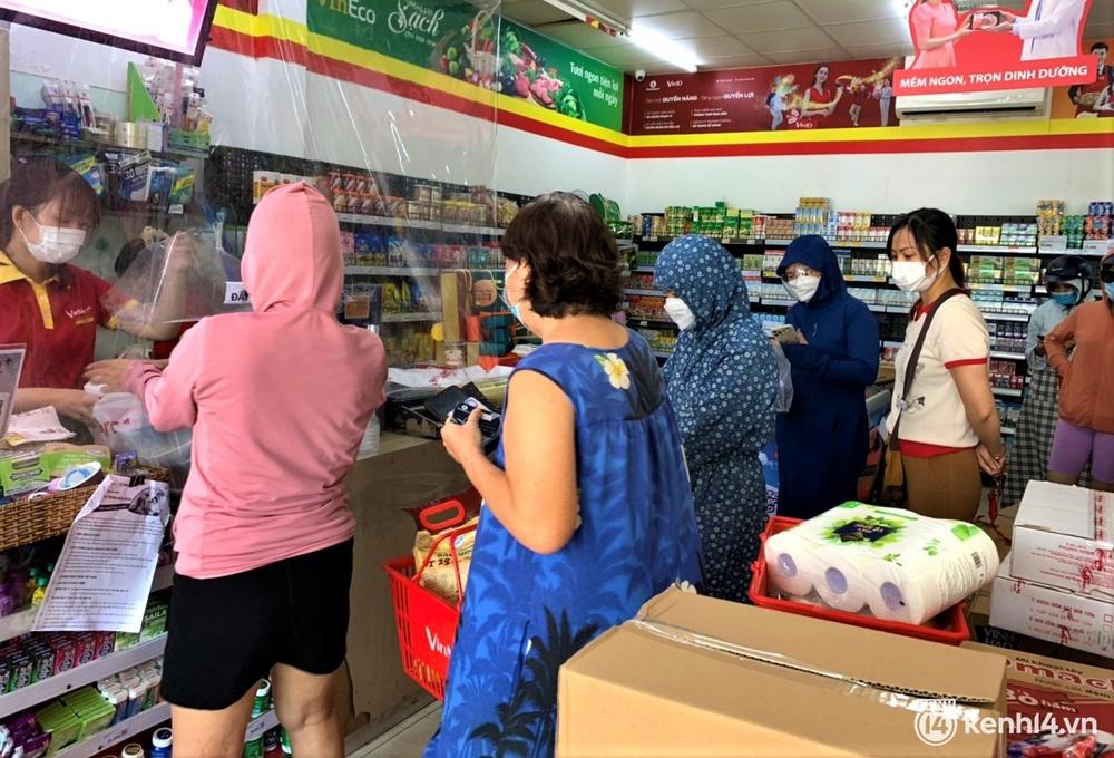 Ảnh: Người dân Đà Nẵng đổ xô tích trữ thực phẩm sau dự lệnh cấm ra đường toàn thành phố - Ảnh 15.