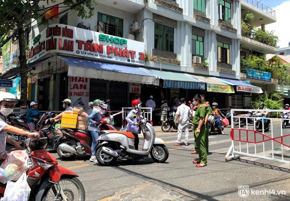 Ảnh: Người dân Đà Nẵng đổ xô tích trữ thực phẩm sau dự lệnh cấm ra đường toàn thành phố - Ảnh 10.