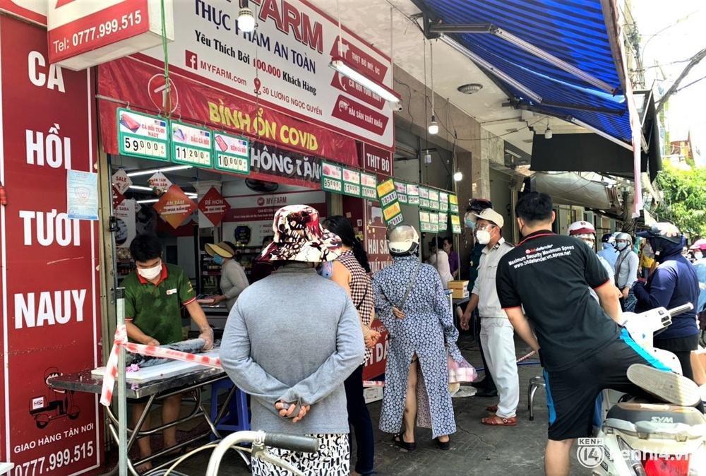 Ảnh: Người dân Đà Nẵng đổ xô tích trữ thực phẩm sau dự lệnh cấm ra đường toàn thành phố - Ảnh 17.