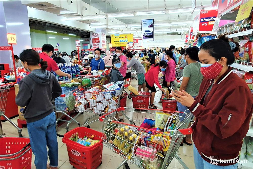 Ảnh: Người dân Đà Nẵng đổ xô tích trữ thực phẩm sau dự lệnh cấm ra đường toàn thành phố - Ảnh 2.