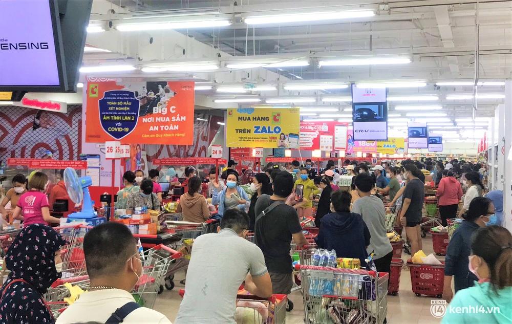Ảnh: Người dân Đà Nẵng đổ xô tích trữ thực phẩm sau dự lệnh cấm ra đường toàn thành phố - Ảnh 1.