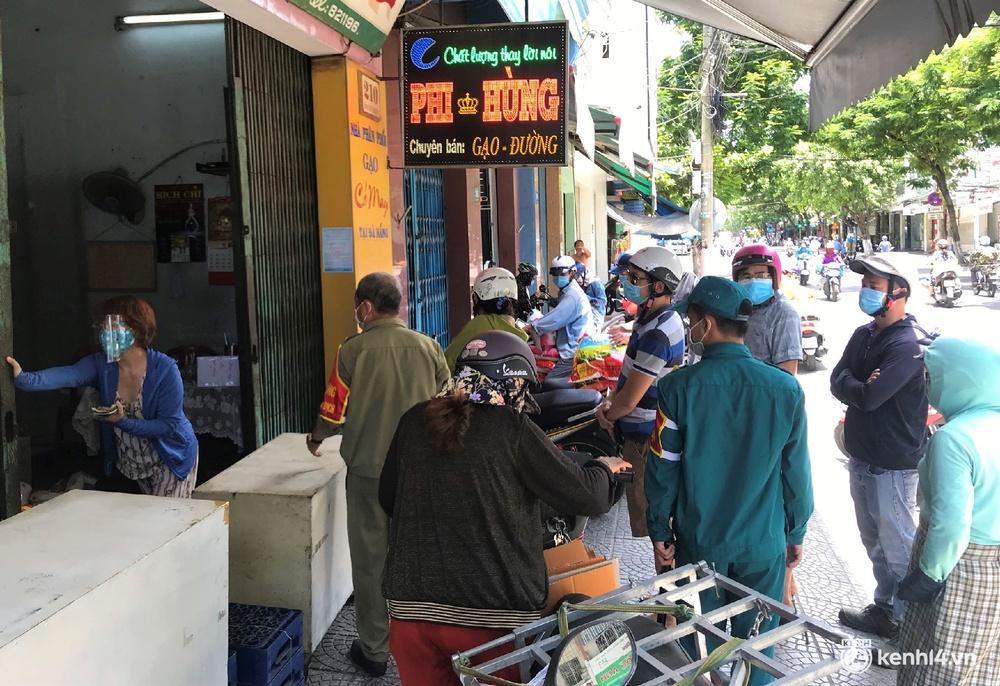Ảnh: Người dân Đà Nẵng đổ xô tích trữ thực phẩm sau dự lệnh cấm ra đường toàn thành phố - Ảnh 13.
