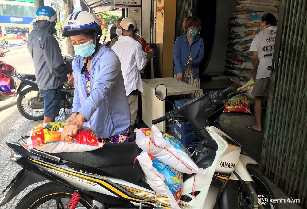 Ảnh: Người dân Đà Nẵng đổ xô tích trữ thực phẩm sau dự lệnh cấm ra đường toàn thành phố - Ảnh 14.