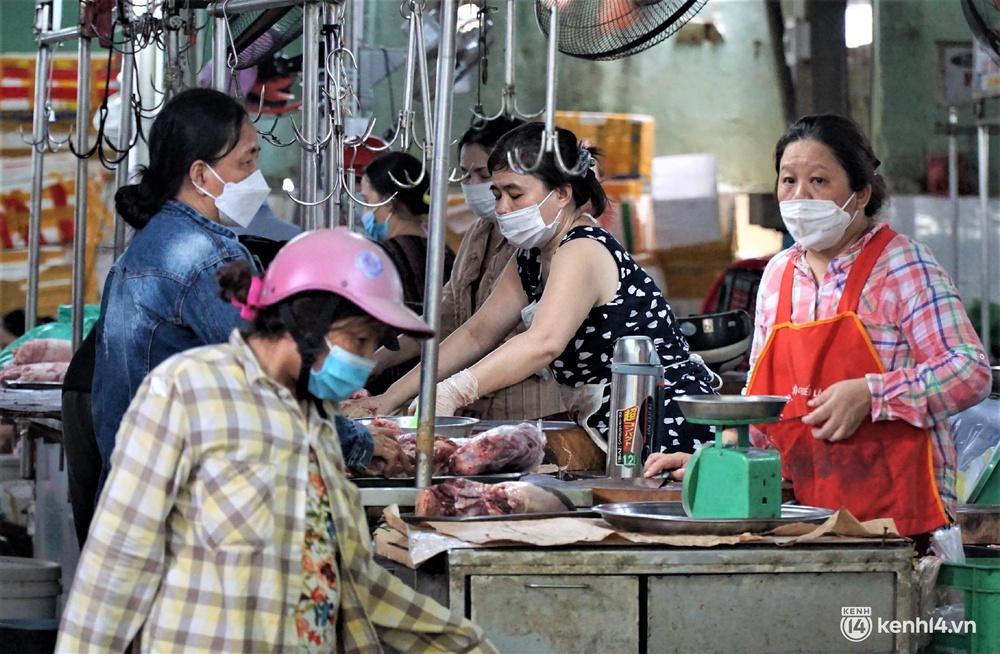 Ảnh: Người dân Đà Nẵng đổ xô tích trữ thực phẩm sau dự lệnh cấm ra đường toàn thành phố - Ảnh 11.