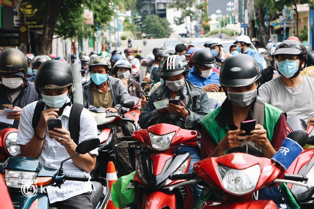 TP.HCM: Hàng trăm phương tiện ùn ứ kéo dài khi triển khai kiểm tra người dân ra đường bằng hình thức mới - Ảnh 9.