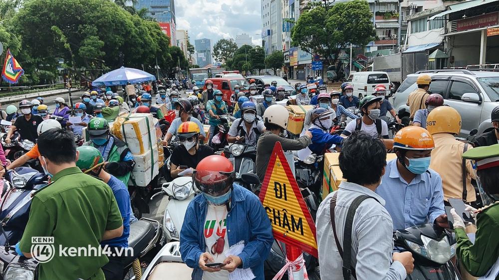 TP.HCM: Hàng trăm phương tiện ùn ứ kéo dài khi triển khai kiểm tra người dân ra đường bằng hình thức mới - Ảnh 1.