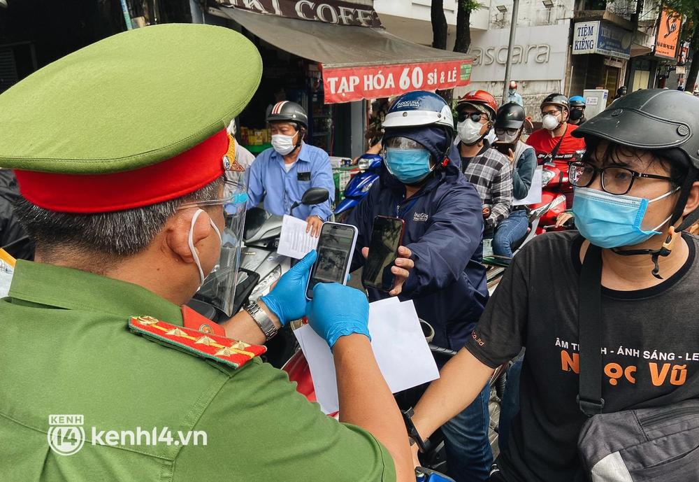 TP.HCM: Hàng trăm phương tiện ùn ứ kéo dài khi triển khai kiểm tra người dân ra đường bằng hình thức mới - Ảnh 4.