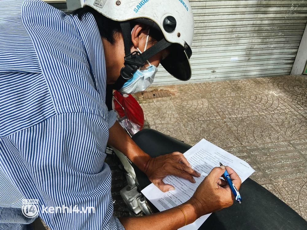 TP.HCM: Hàng trăm phương tiện ùn ứ kéo dài khi triển khai kiểm tra người dân ra đường bằng hình thức mới - Ảnh 14.