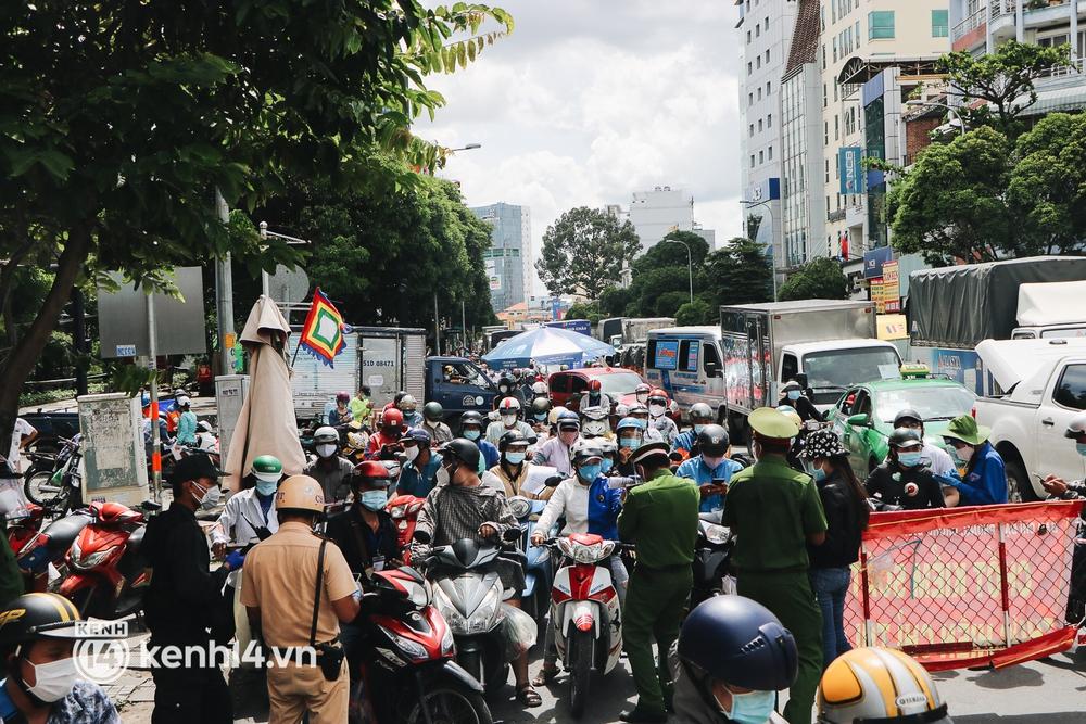 TP.HCM: Hàng trăm phương tiện ùn ứ kéo dài khi triển khai kiểm tra người dân ra đường bằng hình thức mới - Ảnh 2.