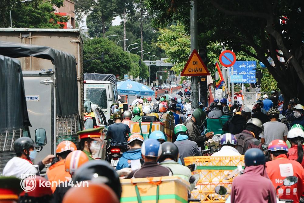 TP.HCM: Hàng trăm phương tiện ùn ứ kéo dài khi triển khai kiểm tra người dân ra đường bằng hình thức mới - Ảnh 8.