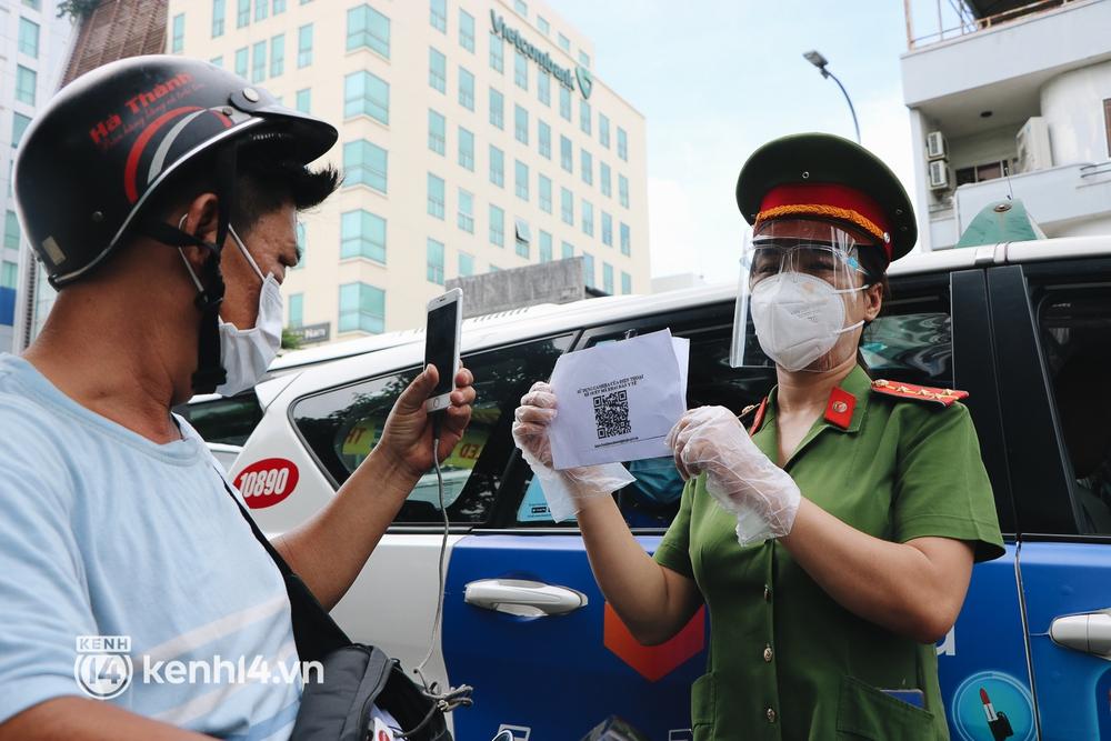 TP.HCM: Hàng trăm phương tiện ùn ứ kéo dài khi triển khai kiểm tra người dân ra đường bằng hình thức mới - Ảnh 11.