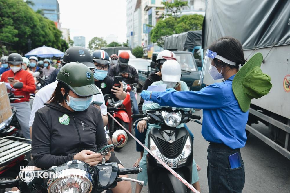 TP.HCM: Hàng trăm phương tiện ùn ứ kéo dài khi triển khai kiểm tra người dân ra đường bằng hình thức mới - Ảnh 12.