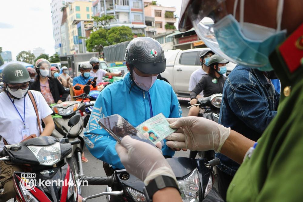TP.HCM: Hàng trăm phương tiện ùn ứ kéo dài khi triển khai kiểm tra người dân ra đường bằng hình thức mới - Ảnh 10.