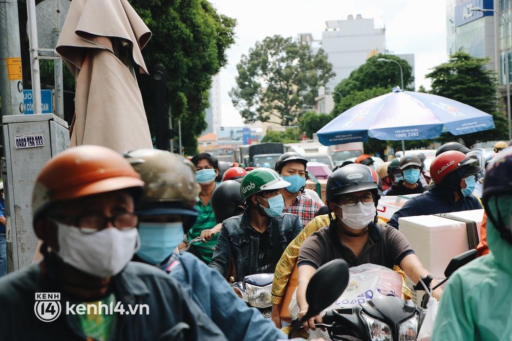 TP.HCM: Hàng trăm phương tiện ùn ứ kéo dài khi triển khai kiểm tra người dân ra đường bằng hình thức mới - Ảnh 13.