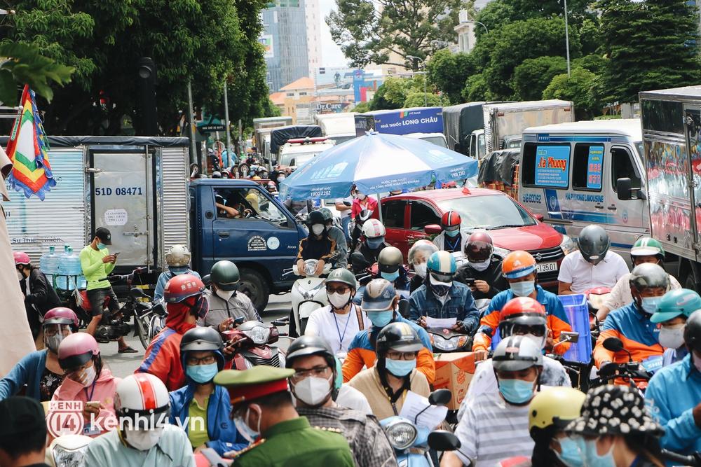 TP.HCM: Hàng trăm phương tiện ùn ứ kéo dài khi triển khai kiểm tra người dân ra đường bằng hình thức mới - Ảnh 7.