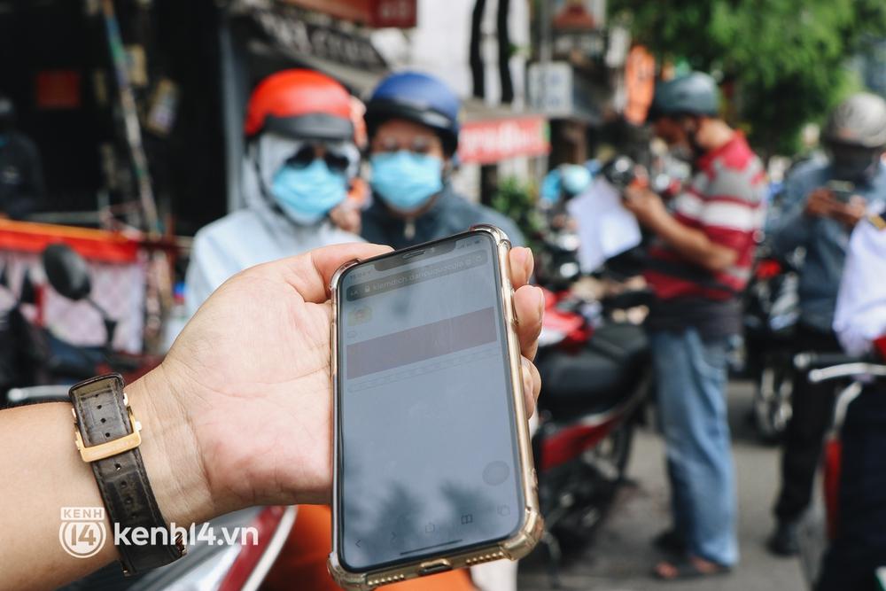 TP.HCM: Hàng trăm phương tiện ùn ứ kéo dài khi triển khai kiểm tra người dân ra đường bằng hình thức mới - Ảnh 6.