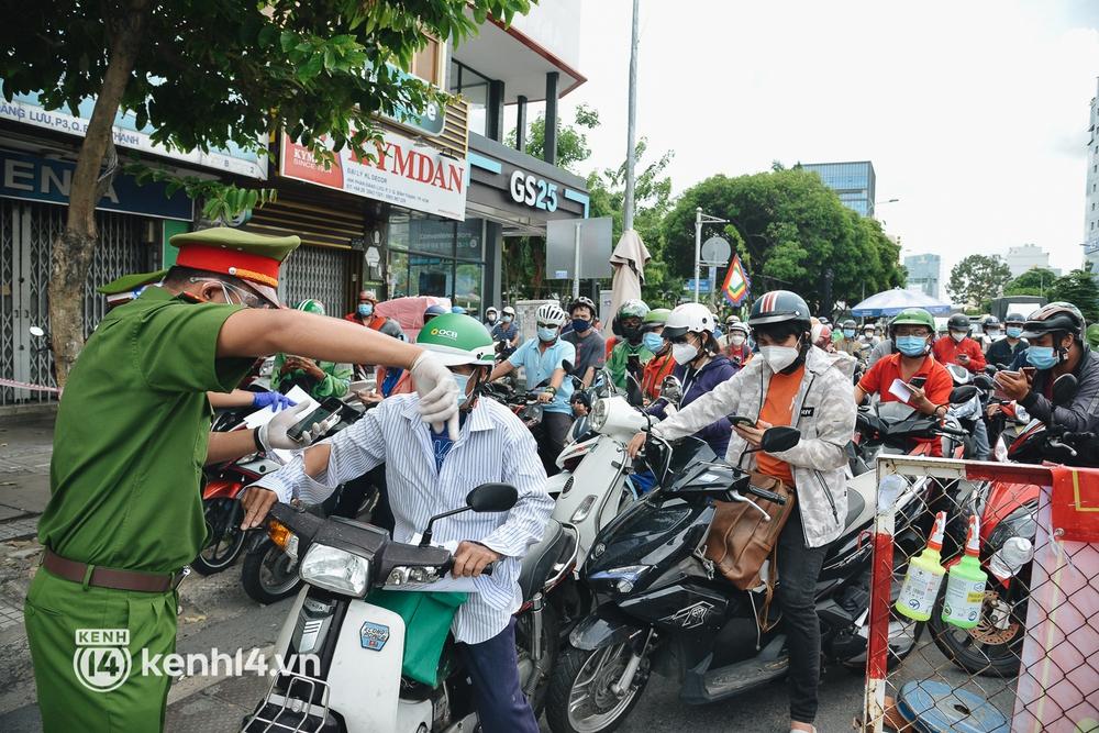 TP.HCM: Hàng trăm phương tiện ùn ứ kéo dài khi triển khai kiểm tra người dân ra đường bằng hình thức mới - Ảnh 15.