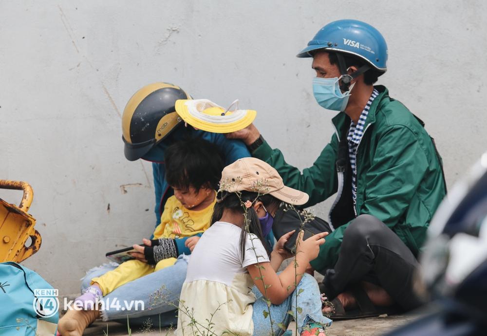 Ảnh: Hàng nghìn người ùn ùn rời TP.HCM về quê bằng xe máy, xót xa cảnh những đứa trẻ vật vờ ngủ gật trong lòng cha mẹ - Ảnh 5.