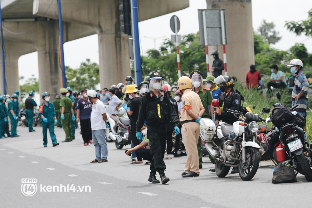 Ảnh: Hàng nghìn người ùn ùn rời TP.HCM về quê bằng xe máy, xót xa cảnh những đứa trẻ vật vờ ngủ gật trong lòng cha mẹ - Ảnh 2.