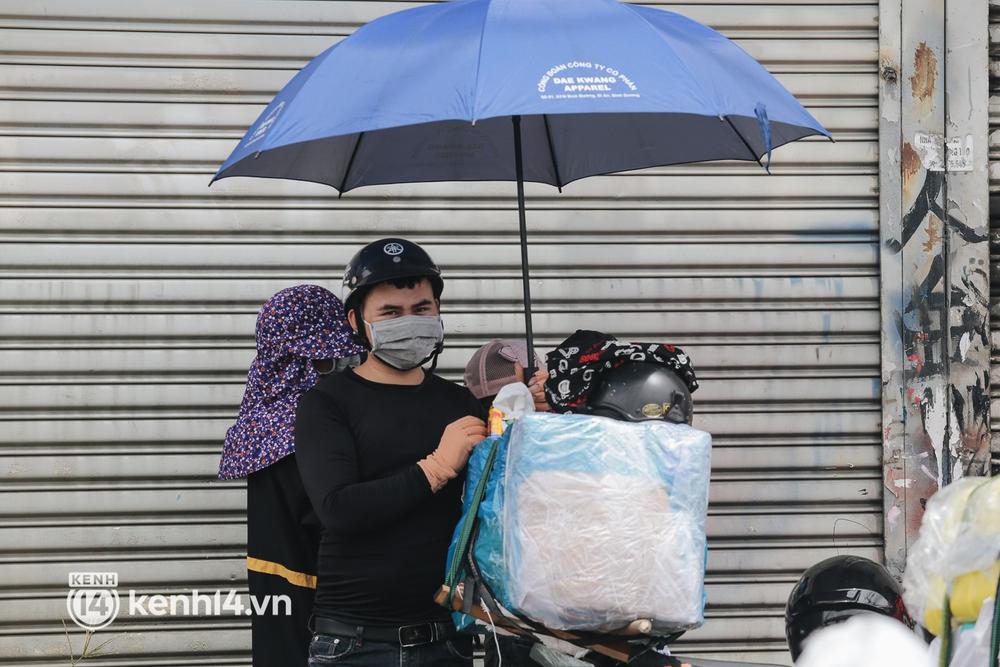 Ảnh: Hàng nghìn người ùn ùn rời TP.HCM về quê bằng xe máy, xót xa cảnh những đứa trẻ vật vờ ngủ gật trong lòng cha mẹ - Ảnh 6.