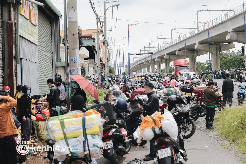 Ảnh: Hàng nghìn người ùn ùn rời TP.HCM về quê bằng xe máy, xót xa cảnh những đứa trẻ vật vờ ngủ gật trong lòng cha mẹ - Ảnh 1.