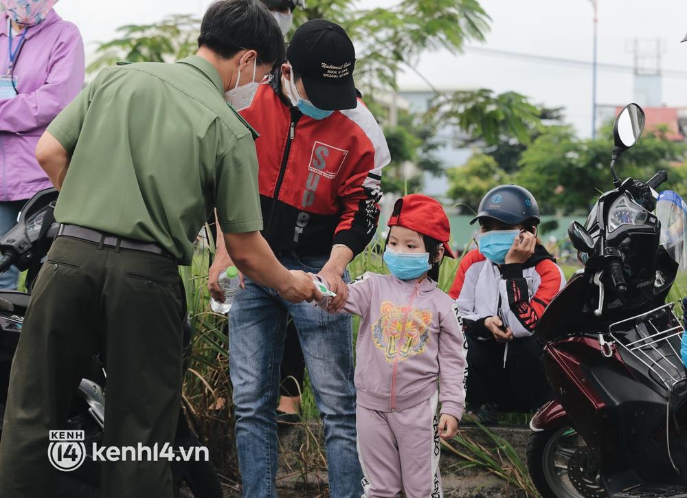 Ảnh: Hàng nghìn người ùn ùn rời TP.HCM về quê bằng xe máy, xót xa cảnh những đứa trẻ vật vờ ngủ gật trong lòng cha mẹ - Ảnh 9.