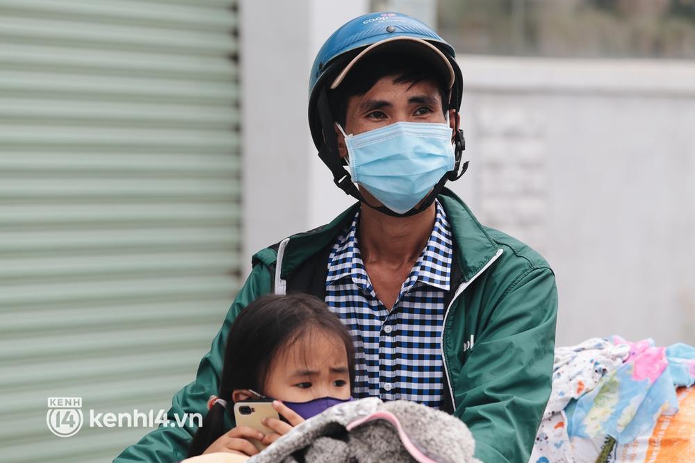Ảnh: Hàng nghìn người ùn ùn rời TP.HCM về quê bằng xe máy, xót xa cảnh những đứa trẻ vật vờ ngủ gật trong lòng cha mẹ - Ảnh 8.
