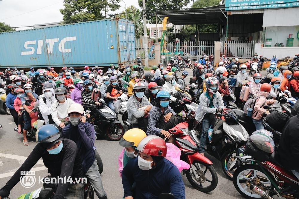 Ảnh: Hàng nghìn người ùn ùn rời TP.HCM về quê bằng xe máy, xót xa cảnh những đứa trẻ vật vờ ngủ gật trong lòng cha mẹ - Ảnh 3.