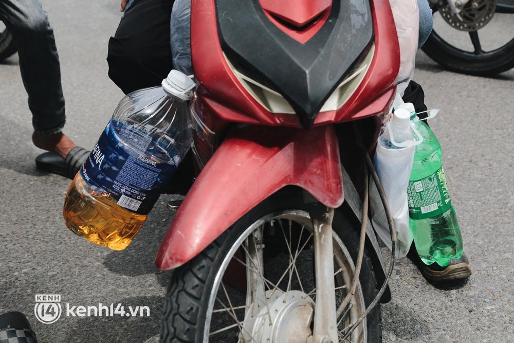 Ảnh: Hàng nghìn người ùn ùn rời TP.HCM về quê bằng xe máy, xót xa cảnh những đứa trẻ vật vờ ngủ gật trong lòng cha mẹ - Ảnh 4.